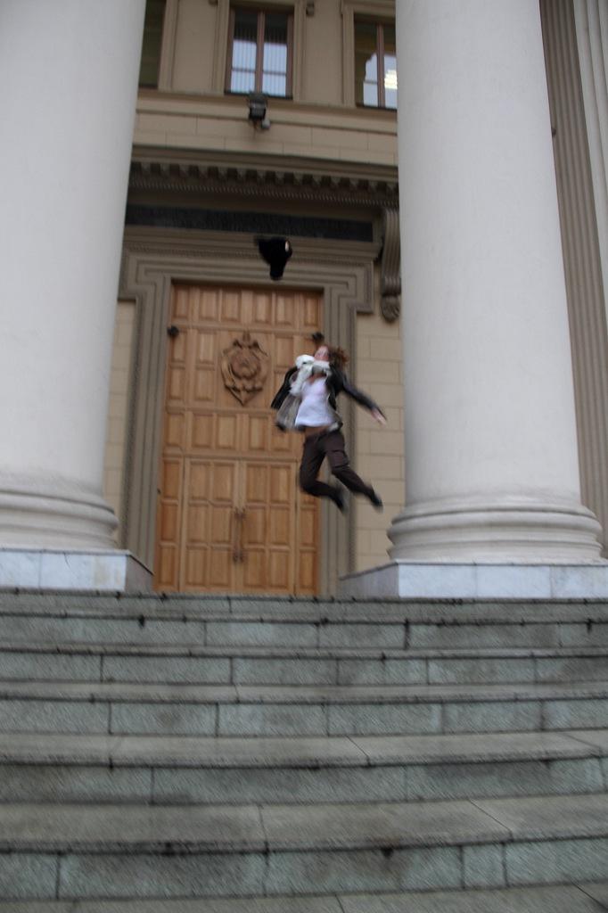 Счастливая Доусрачки кидает шапку у здания КГБ