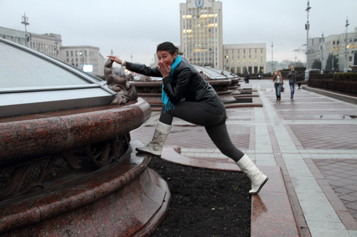 Настя сломала клумбу на Площади Независимсоти